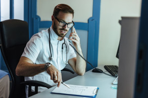 Lekarze rodzinni: konsekwencje ograniczenia teleporad w POZ poniosą pacjenci