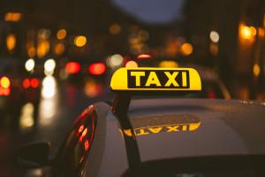 Czy taksówkarze i kurierzy powinni zostać zaszczepieni szybciej?