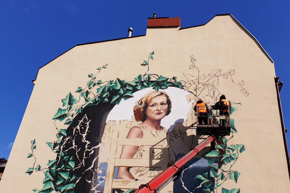 Mural przedstawiający Krystynę Bochenek powstaje w Katowicach