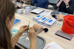 Zielona Góra: w Centrum Symulacji Medycznej UZ szkolą w zakresie szczepień mi. in farmaceutów