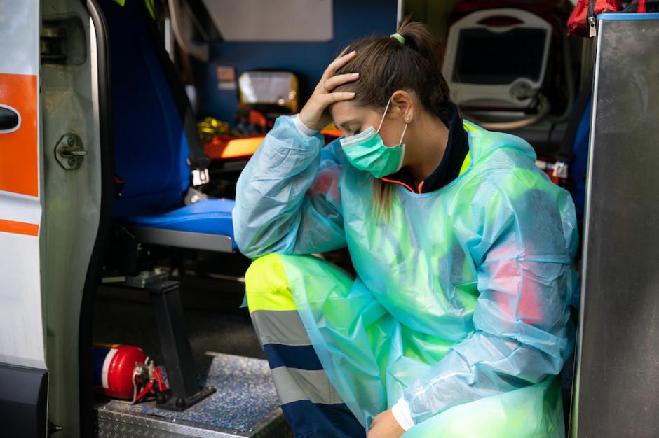 Eksperci: karetki krążą z chorymi na COVID-19, bo ruch pacjentów jest źle zarządzany