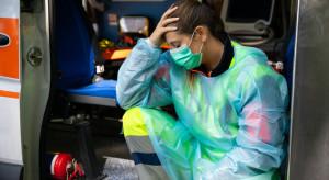 Dlaczego dochodzi do sytuacji, w których karetki krążą z chorymi na COVID-19?