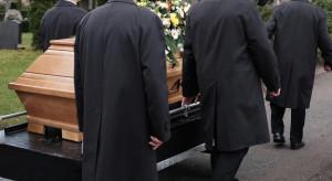 Pracownicy zakładów pogrzebowych domagają się przyspieszenia szczepień