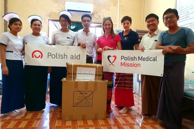 Mjanma 2019 - na zdjęciu personel szpitala w Wakema w delcie Irawadi. Od prawej dr Ko Ko Lynn, dr Myat Thu Kyaw , dr Renata Popik, dr Justyna Leszczuk, medical oficer (odpowiednik felczera) i miejscowe pielęgniarki. Fot. a arch. R. Popik