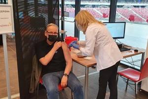 Punkt szczepień przeciw Covid-19 na Stadionie Narodowym pozostaje - zapewnia wiceszef MZ