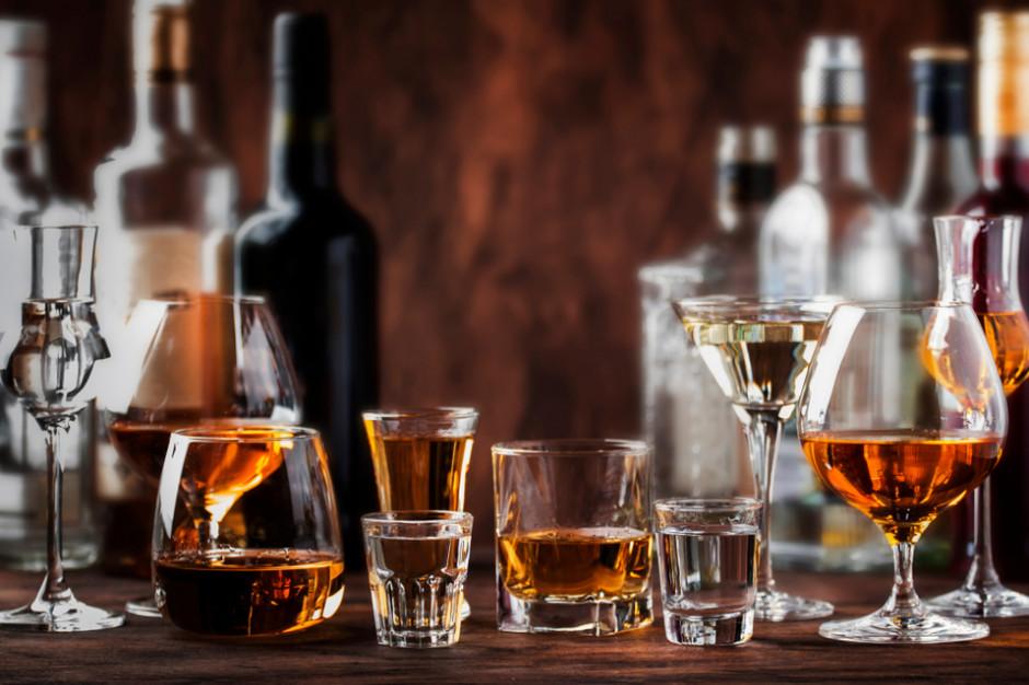 Pandemia sprawiła, że Polacy kupują mniej napojów alkoholowych