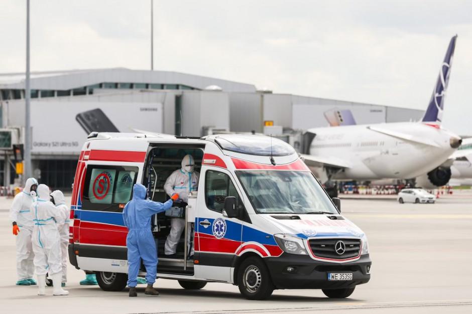 Warszawa: chorzy na COVID-19 dyplomaci specjalnym samolotem wrócili z Indii
