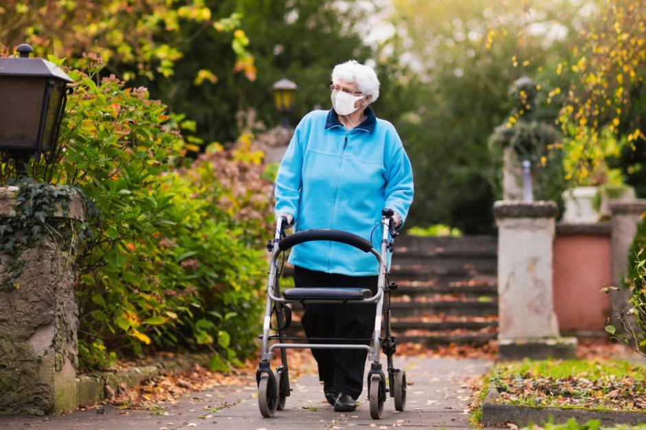 Dr Grzesiowski: wykluczenie komunikacyjne seniorów utrudnia szczepienia