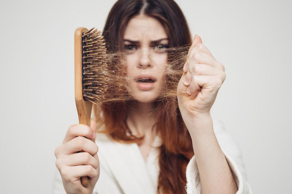 """Ozdrowieńcy """"garściami"""" gubią włosy. Pomaga terapia z wykorzystaniem lasera"""