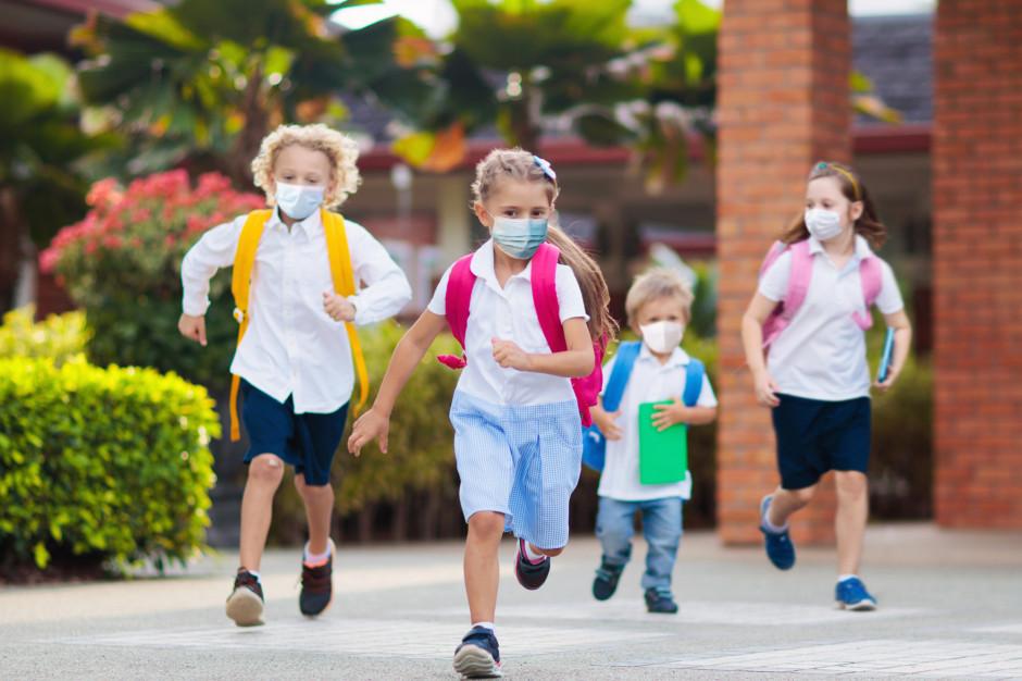 """Coraz więcej ciężkich przypadków Covid-19 u dzieci. """"To bardziej zjadliwy wariant koronawirusa"""""""