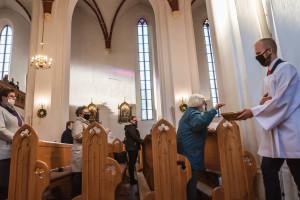 Abp Gądecki chce zniesienia obostrzeń w kościołach. Napisał w sprawie do premiera