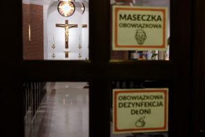Obostrzenia w kościołach zostaną złagodzone. Decyzję ogłosił Morawiecki
