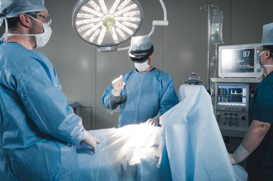 Lublin. Lekarze przeprowadzili operację na odległość. Pomocne okazały się gogle i hologram pacjenta
