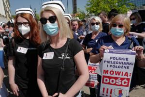 Jest raport o pracy pielęgniarek i położnych. Miażdżący dla systemu