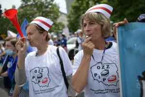 Protest pielęgniarek i położnych przed Sejmem. Rozmawiamy o tym na HCC 2021