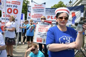 Ile faktycznie zarabiają pielęgniarki? Powstał raport o zarobkach pielęgniarek i położnych