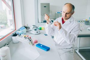 """Powstaje nowy test genetyczny w kierunku choroby Alzheimera. """"Nie będzie czekania na wyniki"""""""