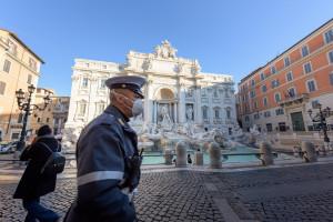 Koniec maseczek na świeżym powietrzu we Włoszech, ale nie wszędzie