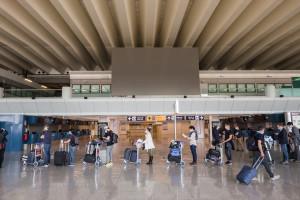 Na wielu europejskich lotniskach tworzą się kolejki. Powodem jest paszport covidowy