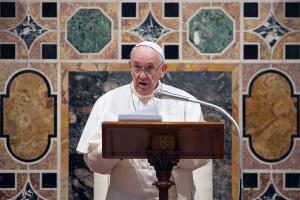 Papież Franciszek przeszedł operację w pełnym znieczuleniu. Jego przyjazd do kliniki był utrzymany w tajemnicy