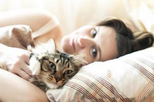 Koty śpiące z właścicielami są narażone na zakażenie COVID-19
