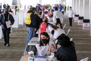 Amerykanie szczepią się pod wpływem nacisków. W pełni zaszczepionych jest 56,2 proc. obywateli