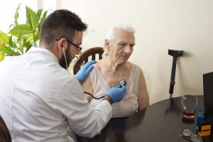 Opaski telemedyczne dla ozdrowieńców. Ministerstwo Zdrowia wprowadza nowy pilotaż w POZ
