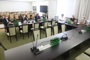 Medyczne badania naukowe a potrzeba innowacji i rozwoju nauki. Senacki zespół debatował nad wyzwaniami polskiej nauki