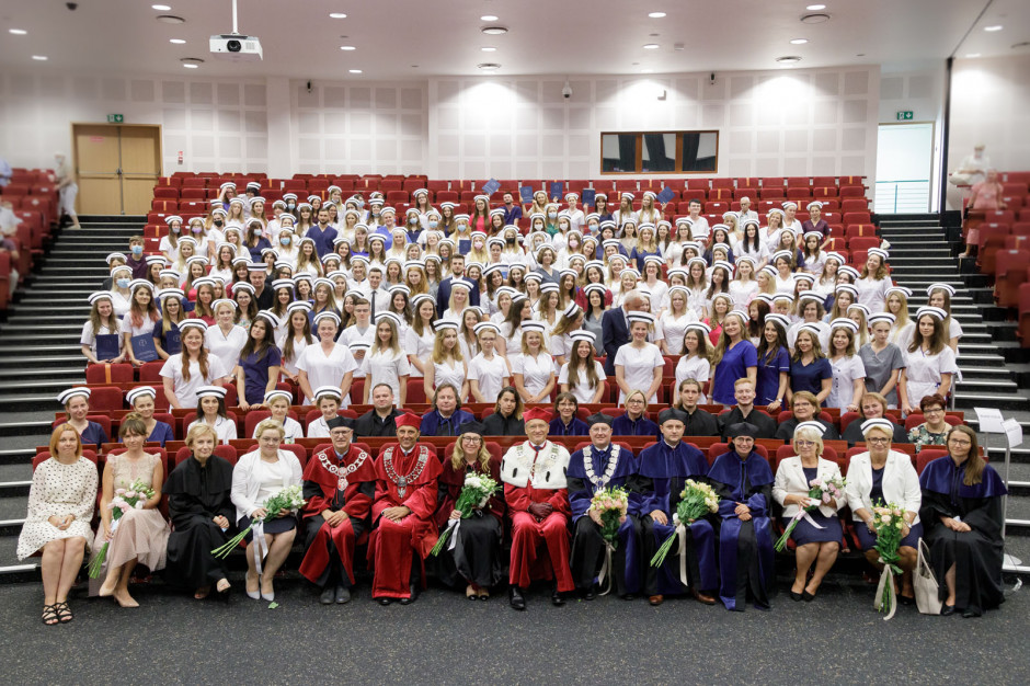 Czepkowanie absolwentów pielęgniarstwa na WUM