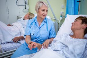"""Duży przekręt z podwyżkami dla pielęgniarek. """"Dyrektorzy, żeby zaoszczędzić nie uznają im kwalifikacji"""""""