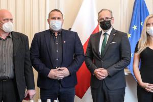 Padli ofiarą agresji antyszczepionkowców, teraz odznaczył ich minister