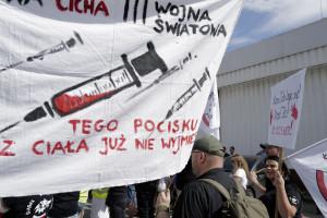 Polskie Żółte Kamizelki. Kim są ludzie, którzy napadli na punkt szczepień w Grodzisku Mazowieckim?