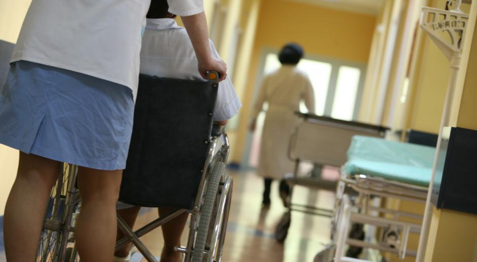 Szpital oferuje 4 tys. zł dla pielęgniarki na etacie. Dla kontraktowej 8 800 zł. Skąd różnica?