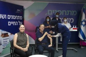 Prezydent Izraela przyjął trzecią dawkę szczepionki. To start kampanii adresowanej do seniorów
