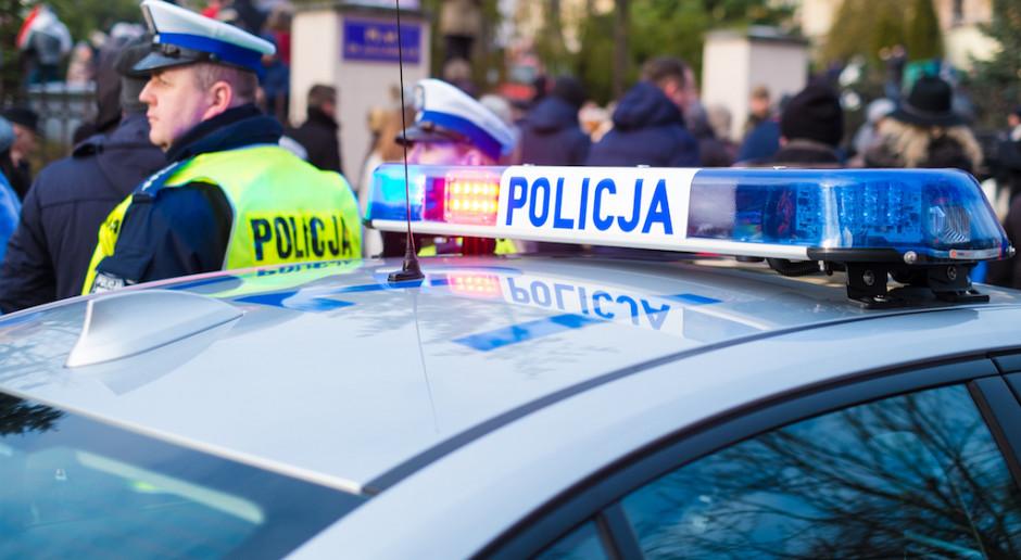 """Antyszczepionkowcy zaatakowali szczepionkobus w Gdyni. """"Szczepimy dalej przy zamkniętych drzwiach"""""""