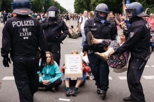 Protesty w Berlinie. Koronasceptycy starli się z policją. 600 osób zatrzymano