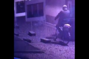 Podpalacz Sanepidu nagrany przez kamery monitoringu. Policja prosi o pomoc w identyfikacji