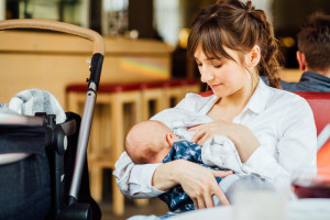 77 proc. polskich mam karmi piersią - dla zdrowia dziecka