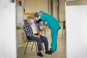 Osoby po 65. roku szczepione trzecią dawką, jeśli nie przeszły zakażenia
