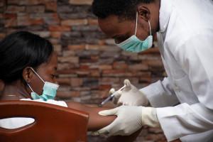 WHO: większość szczepionek trafia do krajów bogatych, a muszą docierać też do biednych
