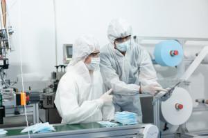 Prawie 2 mln maseczek wyprodukowano w lipcu w Polsce. GUS podał dane
