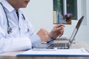Jak wykorzystać możliwości telemedycyny w diabetologii? Odpowiedź daje specjalny raport