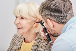 Polscy seniorzy wstydzą się niedosłuchu. Problem coraz bardziej poważny