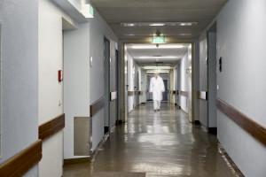 """Lekarze rzucili papierami. Dyrekcja szpitala: """"nie można mówić, że lekarz jest przepracowany. On się na to godzi"""""""