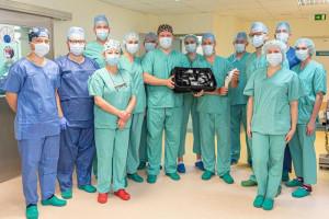 Niezwykła operacja wszczepienia endoprotezy. Stworzony idealny implant