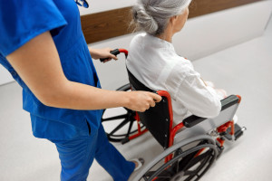 Opiekun medyczny. Koniec tego zawodu w Polsce? Nowe zasady kształcenia budzą kontrowersje