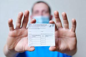 Plaga fałszywych paszportów covidowych. Wpis o szczepieniu za 250 zł. MZ ostrzega