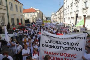 Protest medyków. W manifestacji bierze udział kilkadziesiąt tysięcy osób