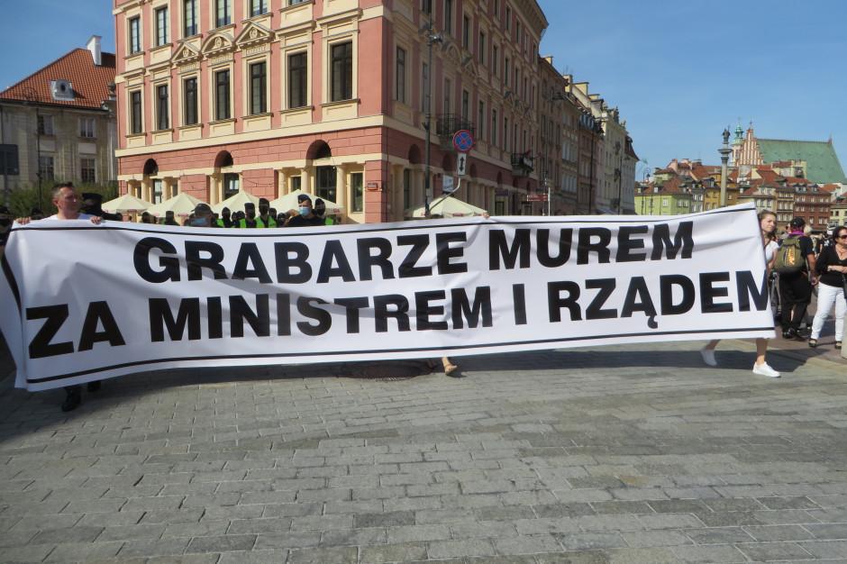 """""""Grabarze murem za ministrem i rządem"""". Czarny humor z protestu medyków"""