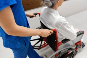 Opiekun medyczny po nowemu. Opiekunowie chcą wiedzieć: kursy czy powrót do szkoły?